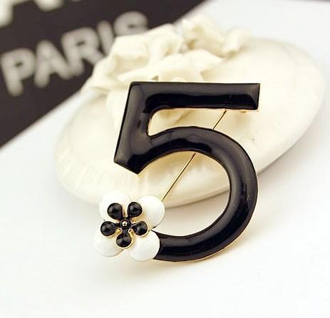 Брошь в стиле Chanel Five